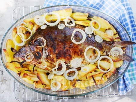 Пълнен шаран за Никулден с ориз върху картофи на фурна - снимка на рецептата
